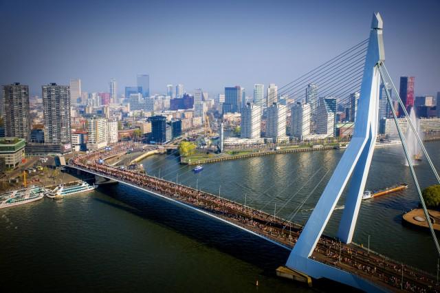 Marathon Rotterdam over de Erasmusbrug
