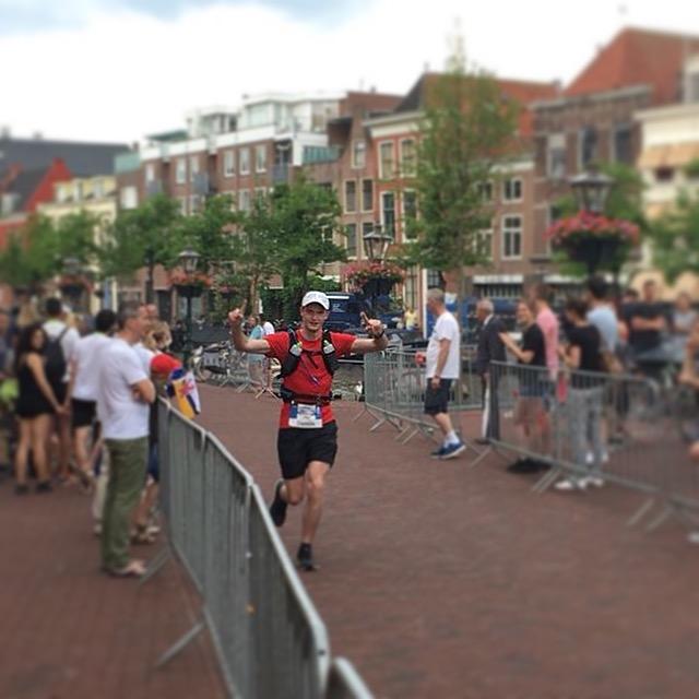 Vlak voor de finish van de Leiden Marathon