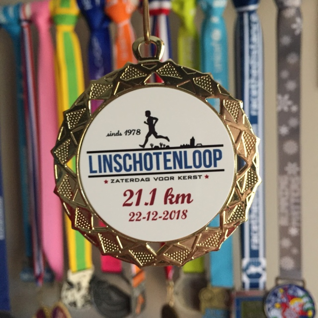 De medaille van de Linschotenloop halve marathon 2018